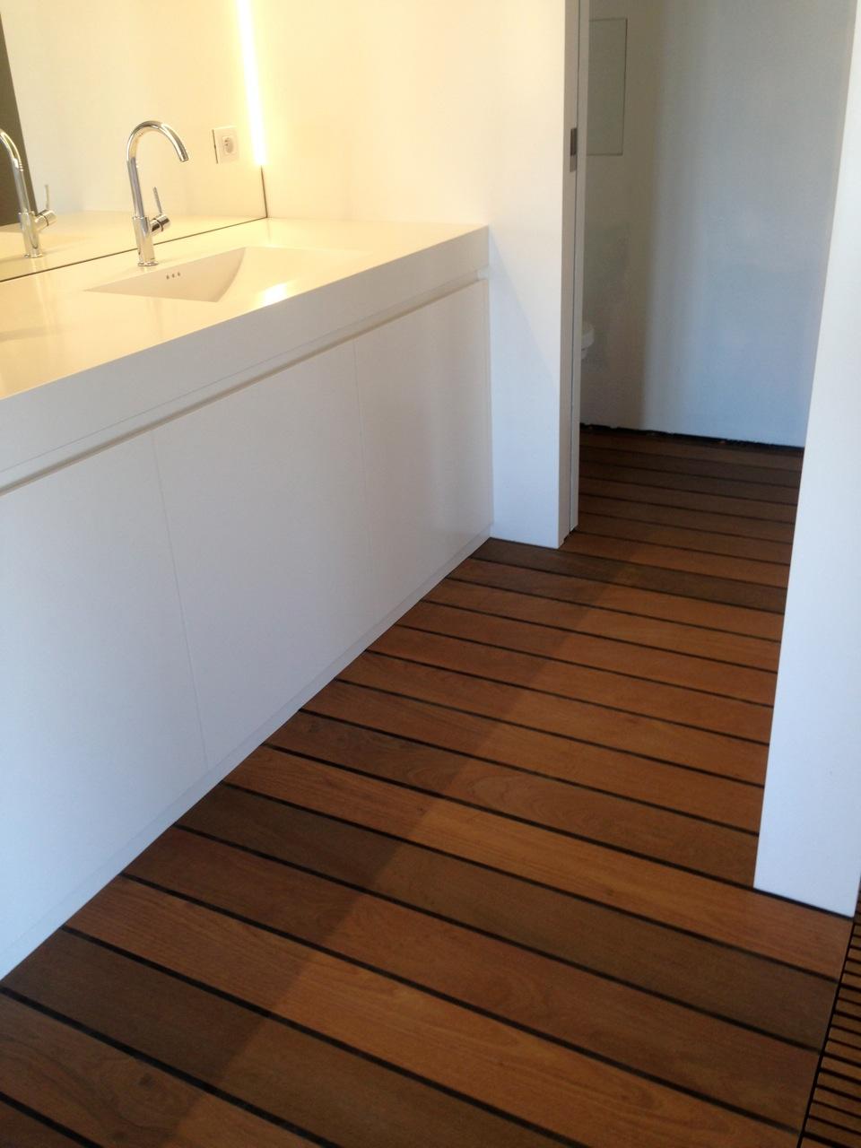 Badkamer bouwen op houten vloer badkamer ontwerp idee n voor uw huis samen met - Badkamer houten vloer ...